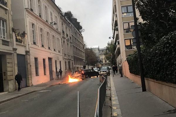 درخواست یاری سفیر سوئد در فرانسه از همسایه ها برای خاموش کردن آتش بیرون سفارت