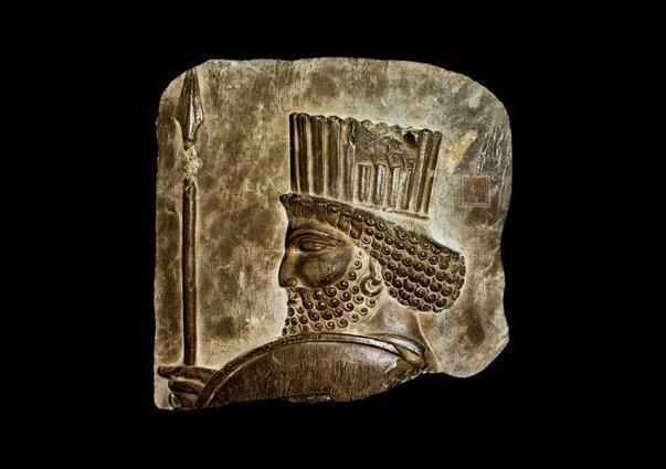 نمایش نقش برجسته سرباز هخامنشی در برج میلاد