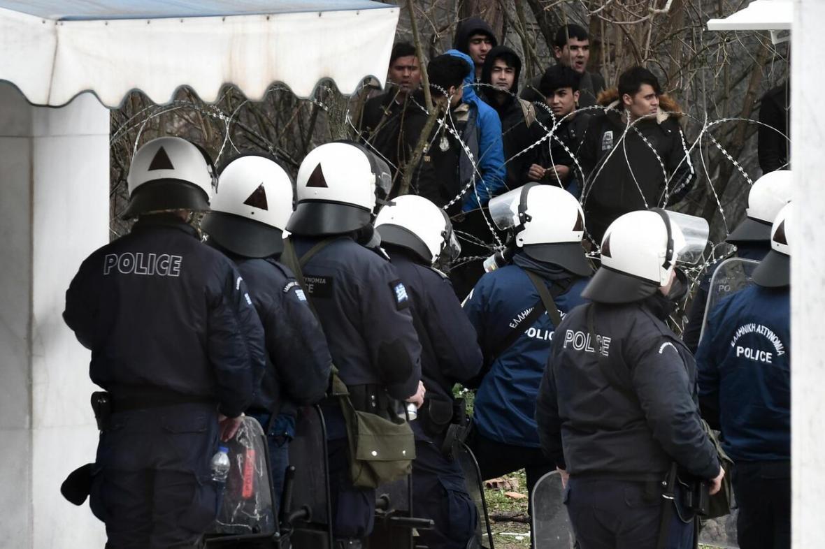 خبرنگاران درگیری پلیس و جزیره نشینان یونان با پناهجویان