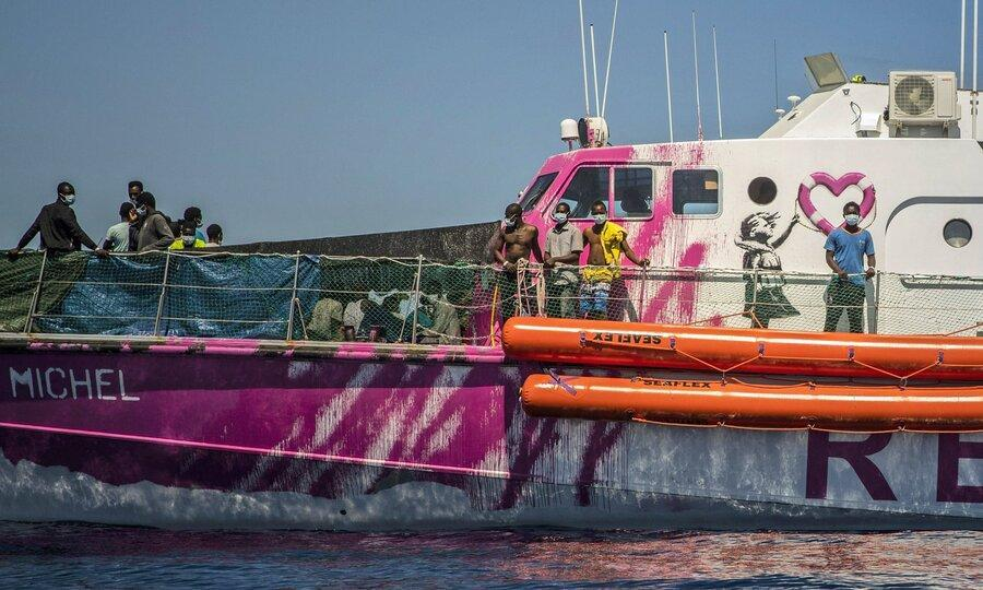 ویدئو ، قایق نجات هنرمند خیابانی انگلیسی برای پناهجویان ، قایق بنکسی در دریای مدیترانه گرفتار شد