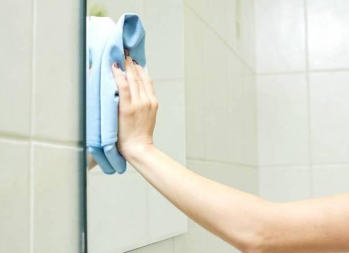 تمیز و پاک کردن لکه های روی آینه با نوشابه