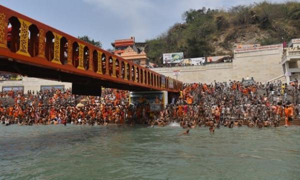 ازدحام جمعیت برای برگزاری مراسم در رود گنگ هند، با وجود کرونا