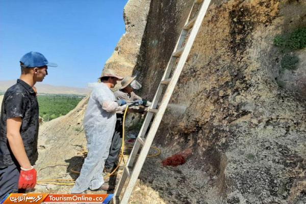 پاک سازی دیوارنوشته های گوردخمه سنگی فخریگاه مهاباد